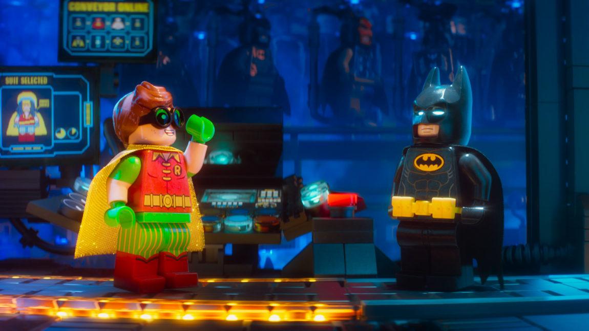 Robin er gira fordi han har fått seg en snasen superheltdrakt i Lego-Batman-filmen. (Foto: SF Studios).