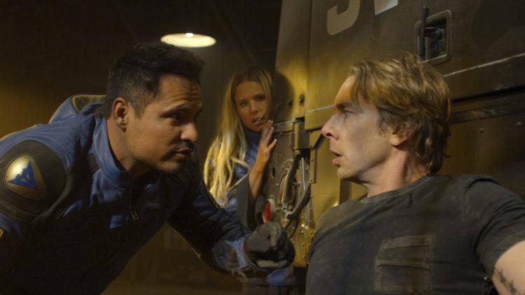 """Frank Poncherello (Michael Peña) og Jon Baker (Dax Shepard) forsøker å redde Jons kone Karen (Kristen Bell) i """"CHiPs - Crazy Patrol"""". (Foto: SF Studios)"""