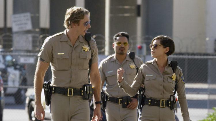 "Jon Baker (Dax Shepard), Frank Poncherello (Michael Peña) og Ava Perez (Rosa Salazar) i ""CHiPs - Crazy Patrol"". (Foto: SF Studios)"