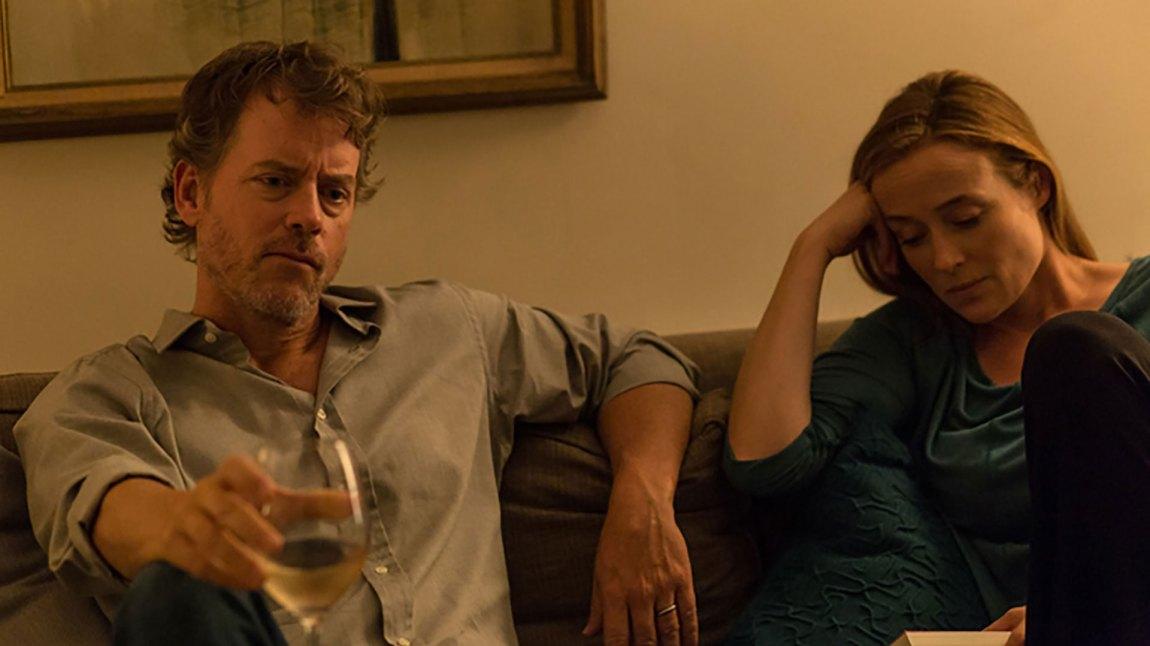 """Brian (Greg Kinnear), Kathy (Jennifer Ehle) er Jakes foreldre i """"Little Men"""". (Foto: Another World Entertainment)"""