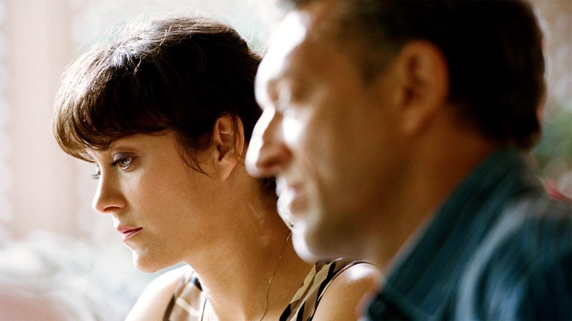 Kameraet er ofte tett på, kun fokusert på den ene rollefiguren, slik som Marion Cottilard her. (Foto: Norsk Filmdistribusjon).