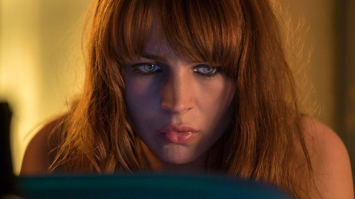 I de mer følsomme scenene spiller Britt Robertson veldig godt.  (Foto: Netflix)