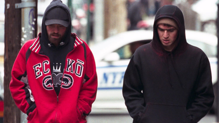 "Connie (Robert Pattinson) og broren Nick (co-regissør Ben Safdie) gjennomfører et bankran i ""Good Time"". (Foto: Elara Pictures)"