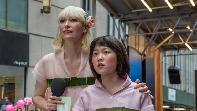 "Lucy Mirando (Tilda Swinton) og Mija (Seo-Hyun Ahn) i Cannes-filmen ""Okja"". (Foto: Festival de Cannes)"