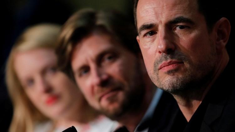 """Fra høyre: Skuespiller Claes Bang, regissør Ruben Östlund og skuespiller Elisabeth Moss på pressekonferansen for """"The Square"""" i Cannes. (Foto: REUTERS/Stephane Mahe)"""