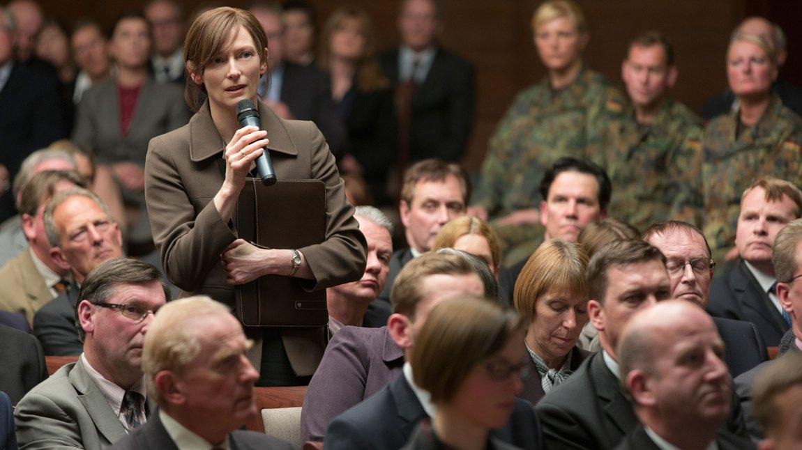 Tilda Swinton gjør en god figur på den lille tiden hun er med. (Foto: Netflix)
