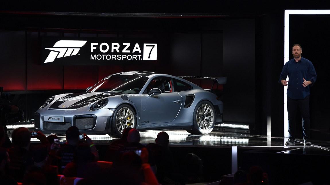 Xbox-gjengen lanserte ikke bare nye spill og konsoller. De avduket også den nye 2018 Porsche 911 GT2 RS i samme slengen. (Foto: Robyn Beck/AFP)