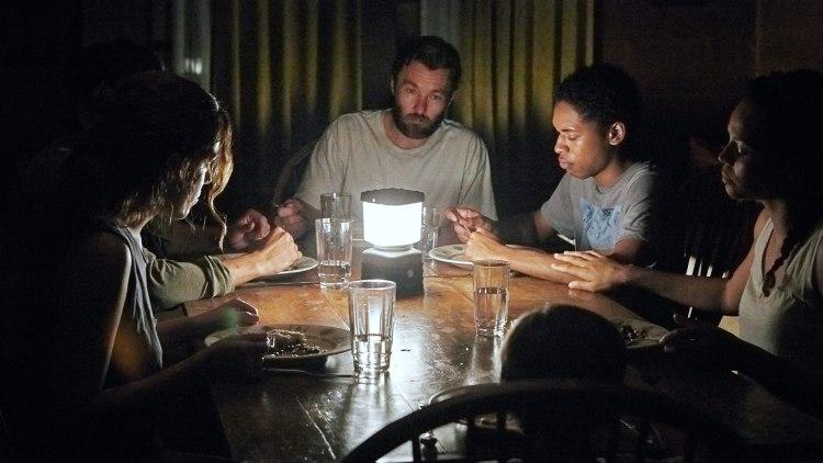 """Familiene er samlet til bords i """"It Comes At Night"""". (Foto: Norsk Filmdistribusjon)"""