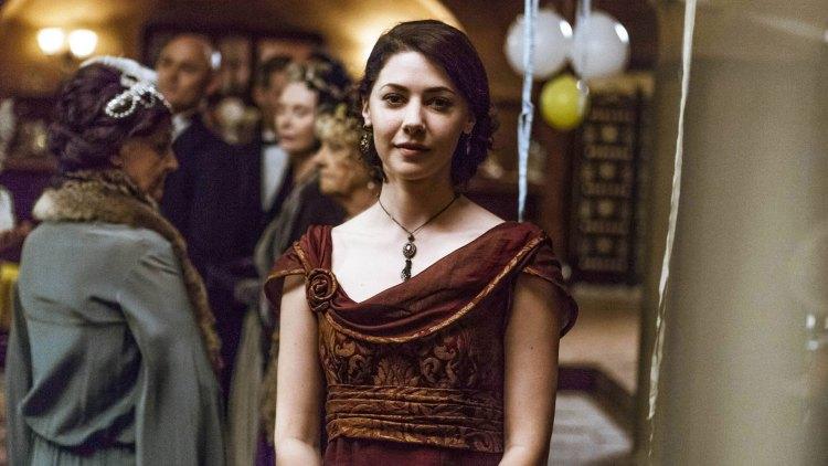 Maggie Lewis (Catherine Steadman) jobber for Metropolitan Museum of Art i New York, men blir mest brukt som en side i seriens trekantdrama.  (Foto: NRK, ITV)