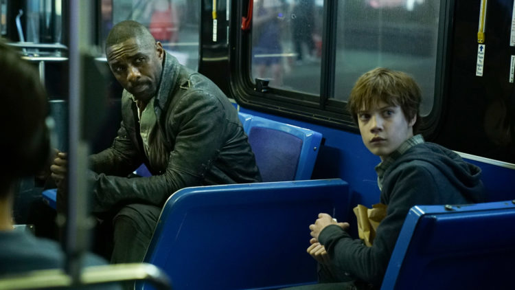 "Roland (Idris Elba) og Jake (Tom Taylor) hopper mellom verdener i ""The Dark Tower"". Her er de i New York. (Foto: United International Pictures)"