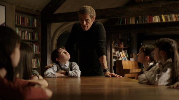 """Terrence (Willem Dafoe) skjuler sine barnebarn for myndighetene i """"What Happened To Monday"""" (Foto: Norsk Filmdistribusjon)"""