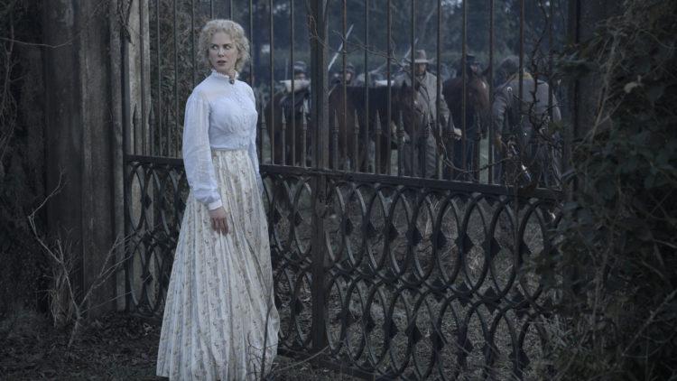 """Miss Martha (Nicole Kidman) ved porten til skolen hun er bestyrer for i """"The Beguiled"""". (Foto: United International Pictures)"""