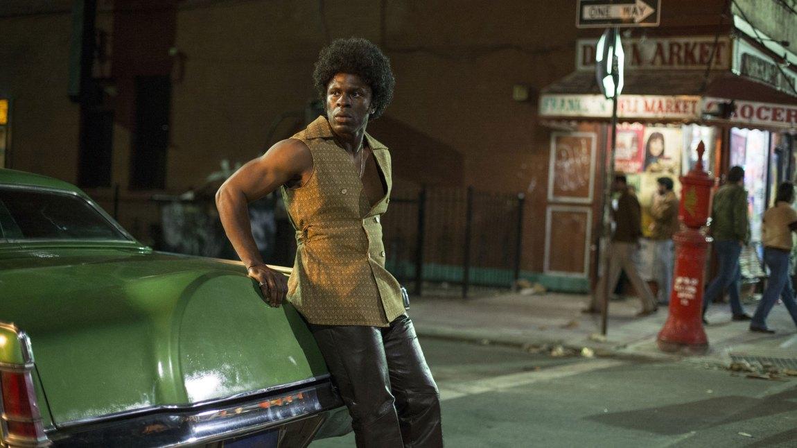 Det svinger godt av både rollefigurene, kostymene, kulissene og miljøskildringene i The Deuce. Her representert med halliken Larry Brown (Gbenga Akinnagbe). (Foto: HBO Nordic)