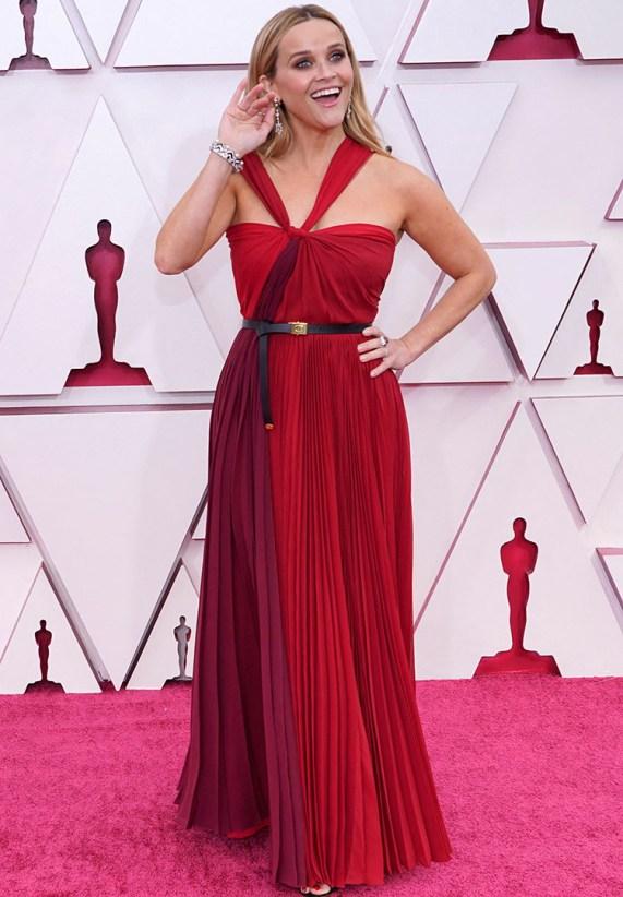 RØDT: Reese Witherspoon i rød chiffong med lærbelte i midjen. FOTO: Chris Pizzello / POOL / AFP / NTB.
