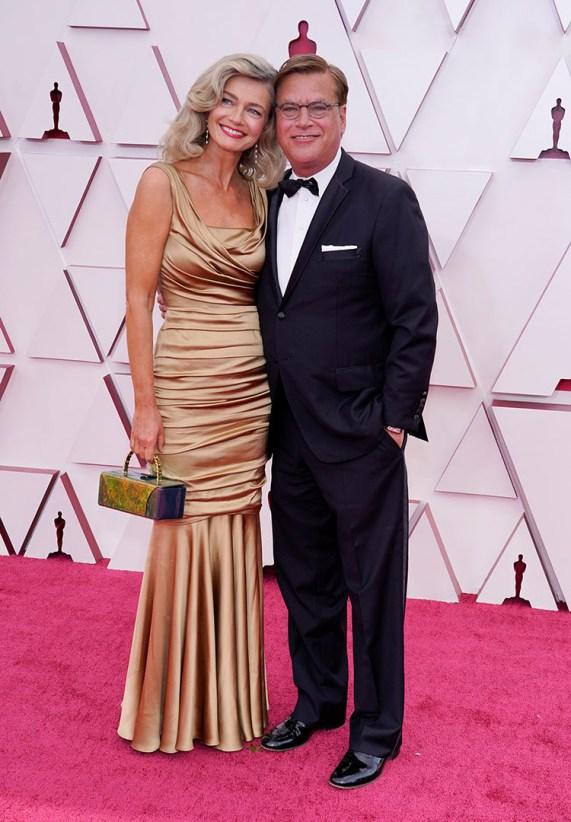 GULL: Skuespiller og forfatter Paulina Porizkova gikk for gull da hun og Aaron Sorkin debuterte som par på rosa løper. FOTO: Chris Pizzello / Pool / REUTERS / NTB.
