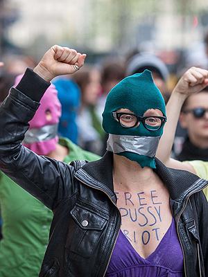 Mange har vist sitt sinne mot fengslinga av de tre i Pussy Riot, her representert ved noen av demonstrantene utenfor rettsbygningen i Moskva. Foto: NTB Scanpix / Wojtek Radwanski, AFP Photo.