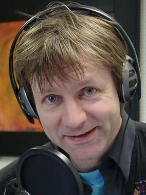 Bård Ose, programelder i Radio Rock, mener han kan huske at platene fikk dårligere kvalitet på 80-tallet. Foto: NRK.
