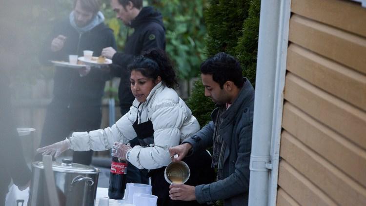 Servering av mat hjemme hos Chirag Patel. (Foto: NRK P3)