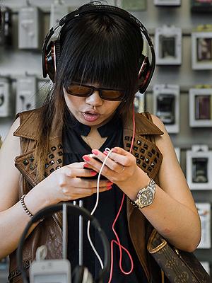 Når forbrukere i Kina i framtida skal laste ned musikk fra nettet kan de risikere å måtte betale for det. Illustrasjonsfoto: NTB Scanpix / Philippe Lopez, AFP Photo.