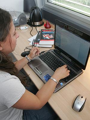 Nettbruker, surfer på nettet, nedlasting og fildeling. Illustrasjonsfoto: Colourbox.com.