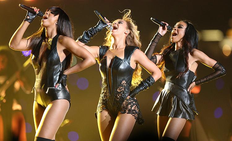 Beyonce på Super Bowl-scenen sammen med de to andre jentene fra Destiny's Child - Kelly Rowland og Michelle Williams. Foto: NTB Scanpix / Sean Gardner, Reuters.