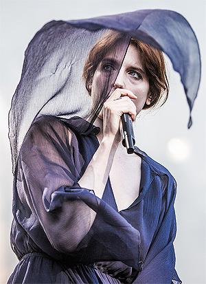 Florence Welch på scenen, med sin «Machine» på Øyafestivalen i fjor sommer. Foto: Kim Erlandsen, NRK P3.