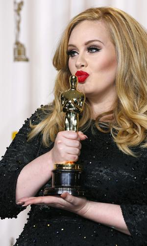 """Adele avbildet da hun mottok Oscar for sangen """"Skyfall"""". (Foto: NTB Scanpix, Mike Blake, Reuters)"""