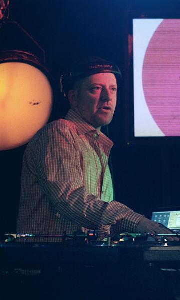 Tommy Tee avbildet på Lydverket-sending. (Foto: Rashid Akrim, NRK P3)