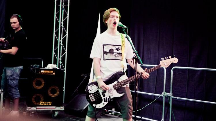 Bassist Marius Platt storkoser seg på konsert. (Foto: Tom Øverlie, NRK P3)