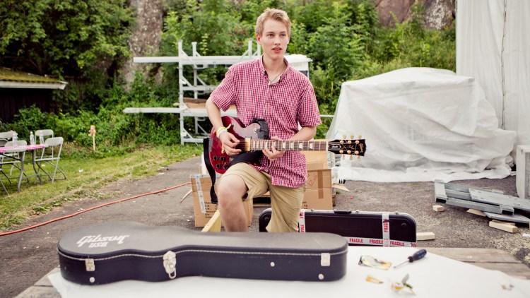 Ørjan Myrland stemmer gitaren for konsert. (Foto: Tom Øverlie, NRK P3)