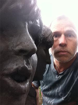 Tannlege Michael Zuk sammen med en statue av John Lennon og Paul McCartney. Foto: Kirsten Zuk.