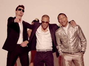 """Robin Thicke, T.I. og Pharrell i musikkvideoen til """"Blurred Lines"""". (Foto: Skjermdump)"""