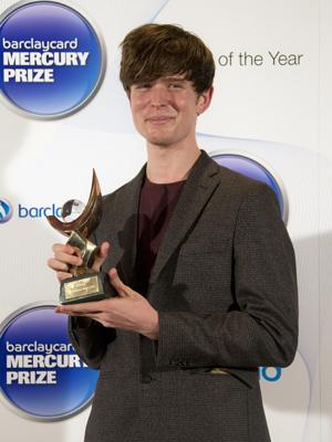 James Blake poserer stolt med årets Mercury Prize. (Foto: NTB Scanpix, AP, Joel Ryan)