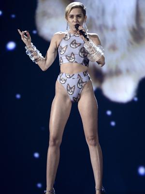 Miley Cyrus var blant artistene som opptrådte på årets AMA. (Foto: NTB Scanpix,  AFP, Kevin Winter)