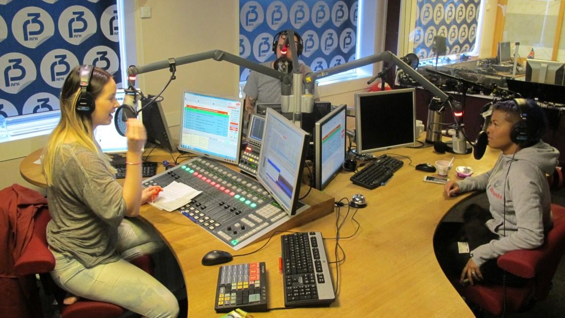 Christine styrte diskusjonen i onsdagens poppanel, med Ruben Gran (bak mikrofonen) og Alexandra Joner i studio. Foto: Beate Grøndahl.