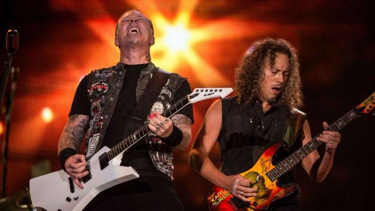 Metallica, her representert ved James Hetfield og Kirk Hammet, på scenen i Rio de Janeiro. Foto: NTB Scanpix, AFP, Yasuyoshi Chiba