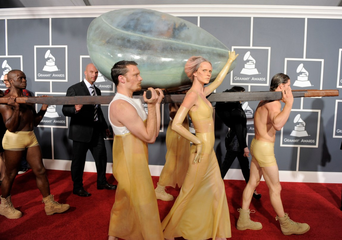 I 2011 ankom Lady Gaga Grammy Awards inni et egg. Foto: AP Photo/Chris Pizzello