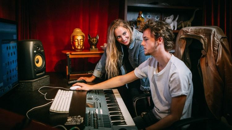 Izabell og produsent Axxe i studio. Foto: Tom Øverlie, NRK P3