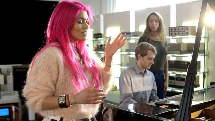 Alexandra Joner, Martin Bjerkreim og Sichelle på P3 Spanderer-innspilling. Foto: NRK P3