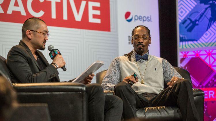 Snoop Dogg med manager Ted Chung under årets keynote på SXSW. Foto: Per Ole Hagen, NRK P3