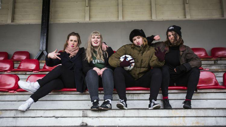 Razika på gamle trakter. Fra venstre: Marie Amdam, Embla Karidotter, Maria Råkil og Marie Moe. Foto: Li-Lian Ahlskog Hou, NRK P3