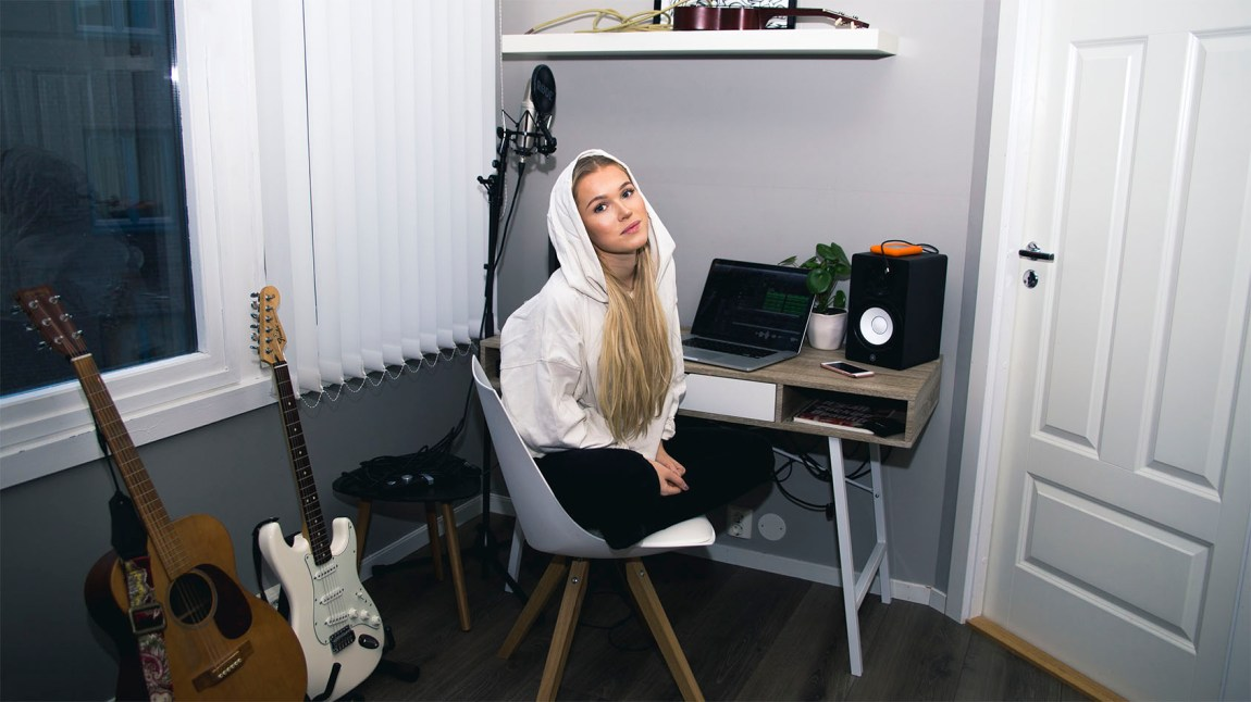Emma Jensen koser seg i hjemmestudio. Foto: Privat