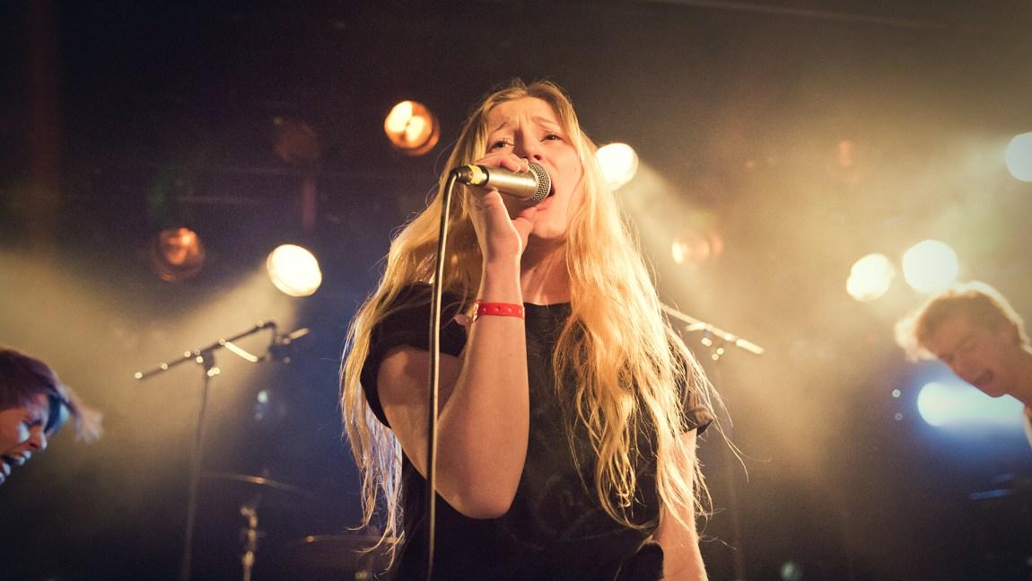 Sløtface bruker gjerne musikken til å si hva de mener om kvinners stilling i samfunnet i dag. Bildet er fra by:Larm 2015. Foto: Tom Øverlie, NRK P3