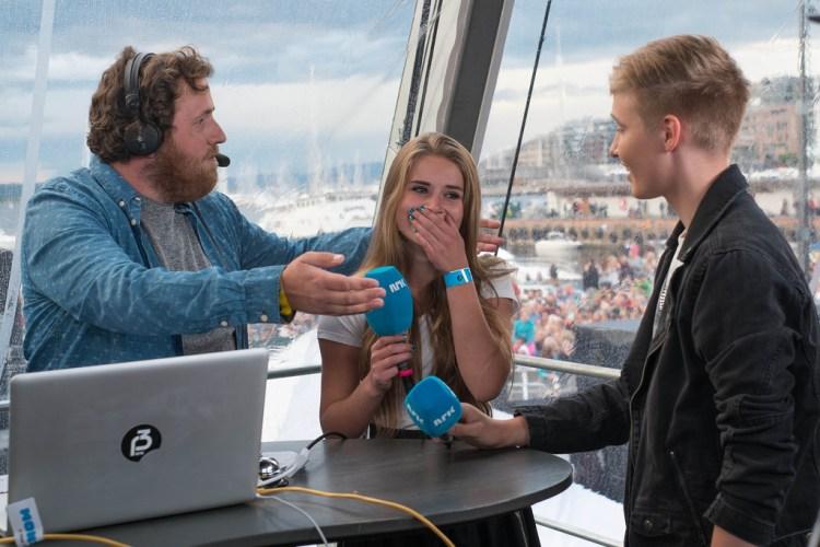 I 2014 var Isac Elliot en av artistene på Rådhusplassen, og superfan Leah fikk møte artisten backstage. Foto: Mattis Folkestad, NRK P3.