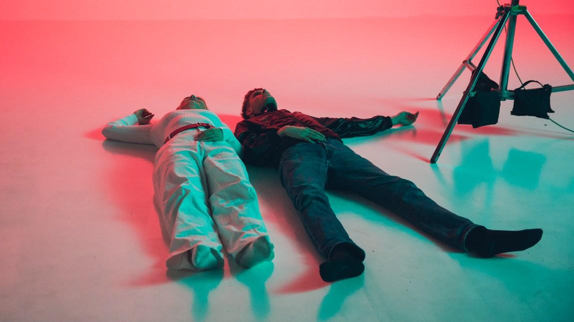 """– Shit, det gulvet var kaldt, ass, utbryter Astrid når musikkvideo-innspillingen til """"Boys"""" er over. Der måtte hun og Lars Vaular ligge ganske lenge. Foto: Tom Øverlie/NRK P3."""