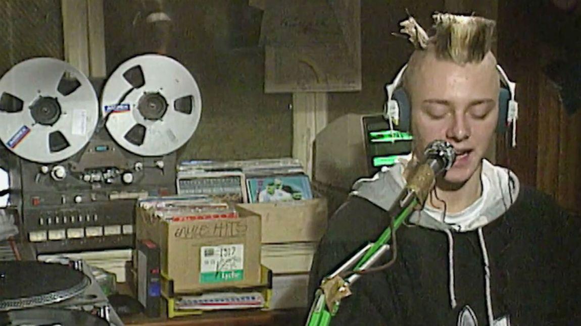 En ung Tommy Tee lager radio på Rainbow Radio. Skjermdump, NRK