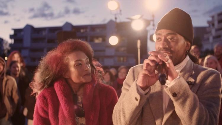 MAMMA: Mor Aisha og Arif før konserten i Skullerud. Skjermdump: NRK / Vrang