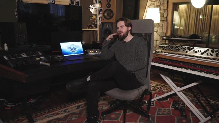 Produsent Pluto avbildet i sitt studio. Skjermdump, NRK