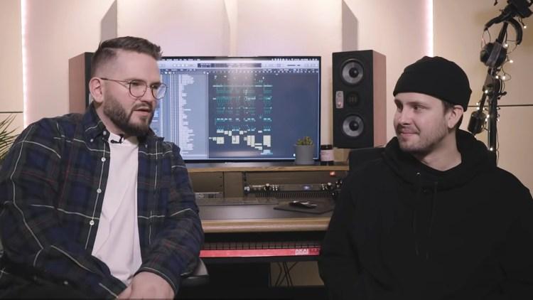 MUSIKKHODER: Filip Kollsete og Lasse Digre snakker om «Hvem er hun». Skjermdump, NRK