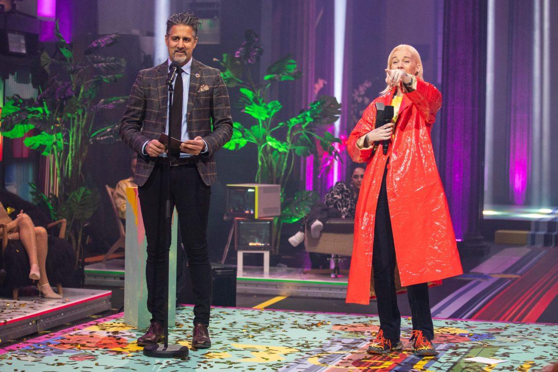 Abid Raja står med Gabrielle på scenen. Konfettien ligger strødd på scenen rundt de.